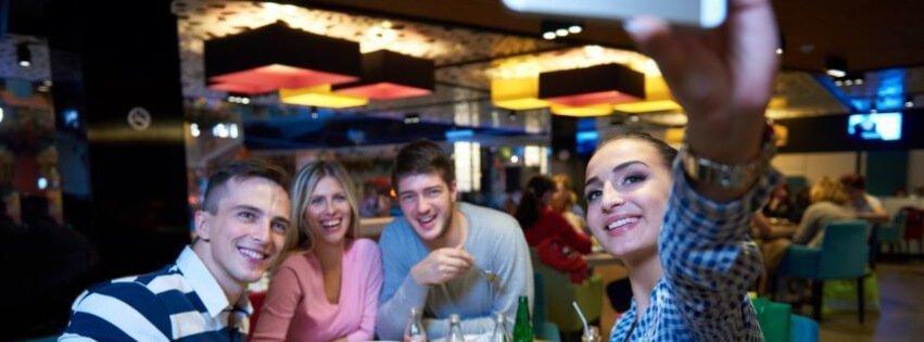 selfie amigos cenando